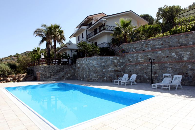 villa con piscina vicino a capo vaticano e a tropea in