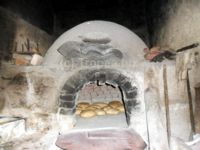 Pane cotto nel tipico forno a legna calabrese.