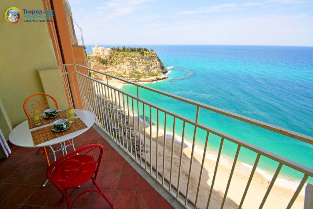 Casa con terrazzo a picco sul mare