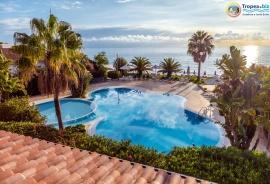 La piscina dell'hotel Ipomea sul mare
