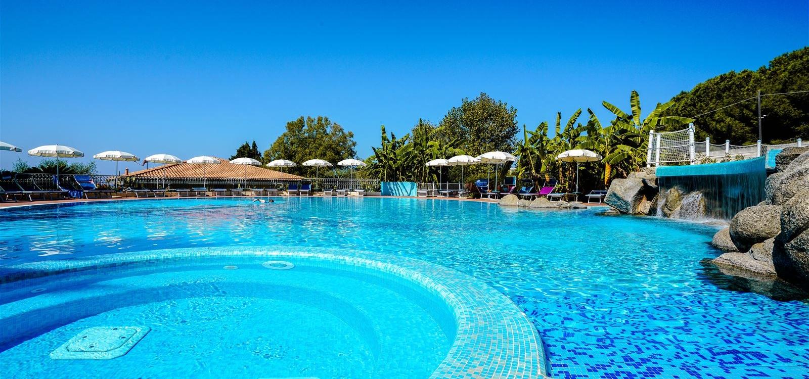 La piscina dell'hotel Scoglio del  Leone Tropea